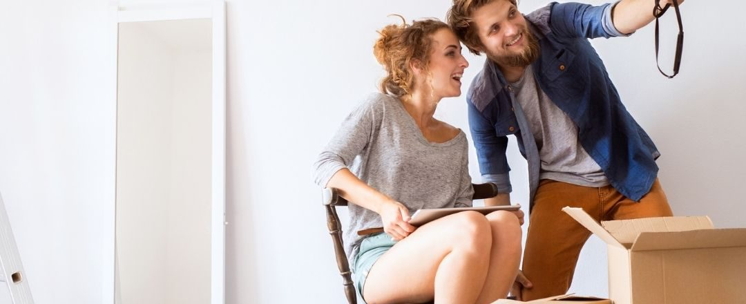 pareja de jóvenes que se acaba de mudar a su casa nueva